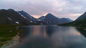 El lago Hadataeganlor grande, vídeo aéreo de la tarde de agosto Urales polares, Rusia metrajes
