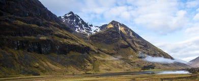 El lago hermoso Achtriochtan está situado en el pie del grupo bian del nam de Bidean de picos en Glen Coe en las montañas de Esco imagenes de archivo