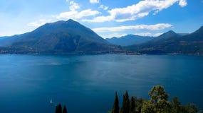 El lago hermoso Como es rodeado por las altas montañas en Italia fotos de archivo