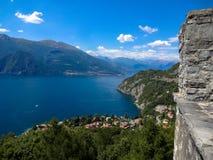 El lago hermoso Como es rodeado por las altas montañas en Italia imagenes de archivo