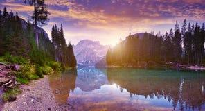 El Lago hermoso Di Braies See en el amanecer Fotos de archivo