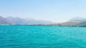 El lago hermoso entre las montañas en Tashkent metrajes