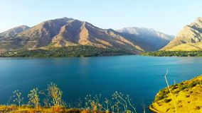 El lago hermoso entre las montañas en Tashkent almacen de metraje de vídeo
