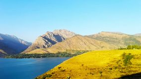El lago hermoso entre las montañas en Tashkent almacen de video