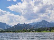 El lago hermoso Estes y el hotel de Stanley Fotografía de archivo libre de regalías