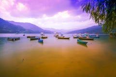 El lago hermoso Phewa con los barcos coloridos imagen de archivo