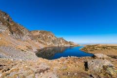 El lago kidney es uno de los siete lagos Rila Montaña de Rila, Imagen de archivo