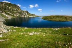 El lago kidney, los siete lagos Rila, montaña de Rila Foto de archivo