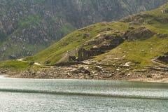 El lago LLyn Llydaw y la mina de cobre permanece en el soporte Snowdon Imagenes de archivo