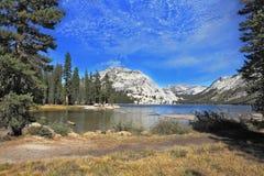 El lago majestuoso en una depresión entre las montañas Fotos de archivo
