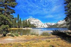 El lago majestuoso en una depresión entre las montañas Imagen de archivo