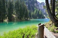 El lago maravilloso Braies en las dolomías en primavera con las montañas todavía cubiertas en nieve imagenes de archivo
