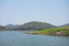 El lago natural grande del paisaje hermoso tiene agua azul, montaña y Imágenes de archivo libres de regalías