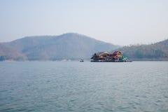El lago natural grande del paisaje hermoso tiene agua, cielo azul de la montaña Fotos de archivo libres de regalías