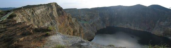 El lago negro del cráter Imagenes de archivo