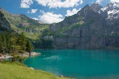 El lago Oeschinensee en Suiza Fotos de archivo
