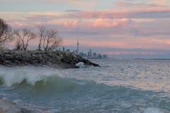 El lago Ontario en la puesta del sol con horizonte de la ciudad de Toronto y torre del NC en el fondo imágenes de archivo libres de regalías