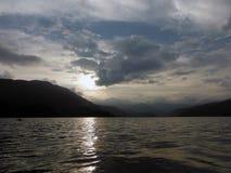 El lago pacífico de Pokhara rodeó por las colinas Imagen de archivo libre de regalías