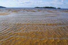 El lago, parte inferior arenosa perfectamente clara imagen de archivo libre de regalías