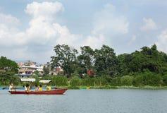 El lago Phewa es el segundo mayor lago en Nepal Fotos de archivo