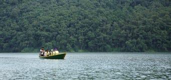 El lago Phewa es el segundo mayor lago en Nepal Foto de archivo libre de regalías