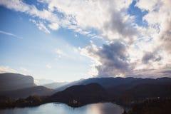 El lago sangró, isla en el lago en la salida del sol en otoño o invierno foto de archivo