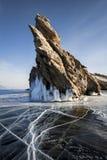 El lago se cubre con una capa gruesa de hielo Historia del hielo Roca de piedra que se pega hacia fuera de debajo las pilas de hi foto de archivo libre de regalías