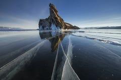 El lago se cubre con una capa gruesa de hielo Historia del hielo Roca de piedra que se pega hacia fuera de debajo las pilas de hi foto de archivo