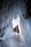 El lago se cubre con una capa gruesa de hielo Historia del hielo Roca de piedra que se pega hacia fuera de debajo las pilas de hi imagen de archivo libre de regalías