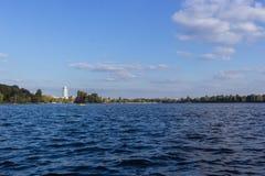 El lago se nubla el agua panorámica, panorama del cielo Fotos de archivo libres de regalías