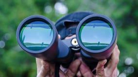 El lago se refleja en las lentes de prismáticos Fotografía de archivo libre de regalías