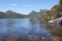 El lago se zambulló en la montaña Tasmania Australia de la cuna Imágenes de archivo libres de regalías