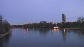 El lago serpentino en Hyde Park con objeto de Hyde Park Barracks almacen de metraje de vídeo