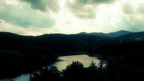 El lago servio, sol irradia con las nubes y el paisaje hermoso metrajes