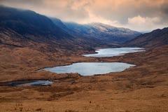 El lago Sguabain y el lago Airdeglais, isla de reflexionan sobre, Escocia Imagen de archivo libre de regalías