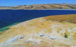 El lago Shasta es un depósito en California, los E.E.U.U. Reserva de agua fresca de California imagenes de archivo