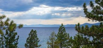 El lago Tahoe - tormenta del claro sobre el lago Foto de archivo