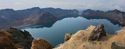 El lago Tianchi en el cráter del volcán. Imagen de archivo
