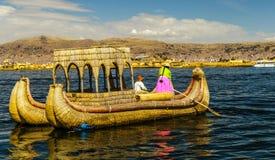 El lago Titicaca, isla de Uros, barco de bambú foto de archivo