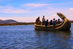 El lago Titicaca, Perú el 14 de septiembre de 2013 /Tourists toma un cortocircuito tr fotos de archivo