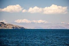 El lago Titicaca y la Cordillera en el horizonte Foto de archivo