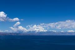 El lago Titicaca y los Andes, Bolivia Imagen de archivo