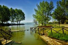 El lago Trasimeno está situado en el corazón verde de Umbría, Italia foto de archivo