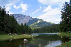 El lago verde en Tragoess, Austria Foto de archivo