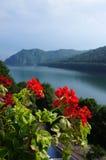 El lago Vidraru en las montañas de Fagaras de Rumania Foto de archivo libre de regalías