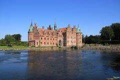 El lago y el castillo Egeskov en Danmark en el verano fotografía de archivo