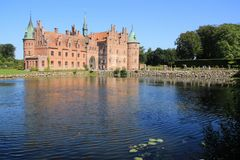 El lago y el castillo Egeskov en Danmark en el verano imagenes de archivo