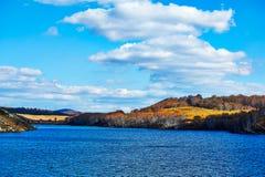 El lago y el cloudscape en la estepa del otoño Imagenes de archivo