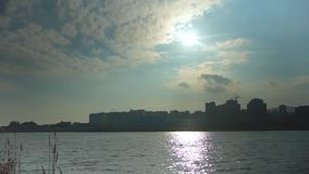 El lago y la luz del sol ondulados hacen el resplandor de la lente metrajes