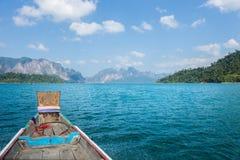 El lago y la montaña ajardinan en el parque nacional de Khao Sok Foto de archivo